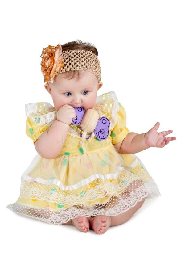 El pequeño bebé masca el juguete imágenes de archivo libres de regalías