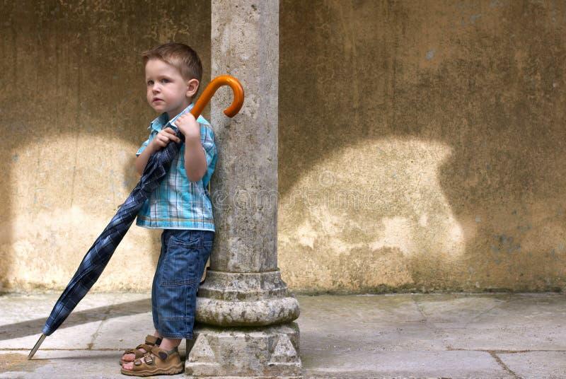El pequeño con el paraguas grande imágenes de archivo libres de regalías
