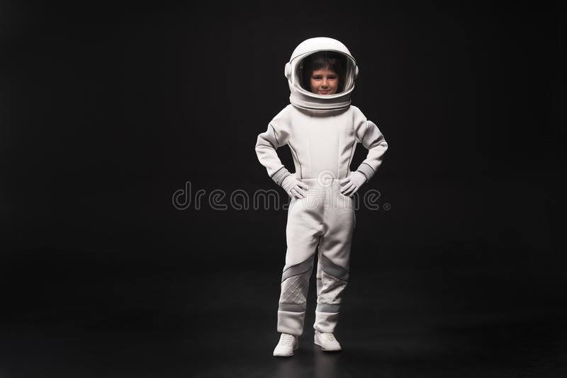 El pequeño cosmonauta lindo está expresando confianza imagen de archivo libre de regalías