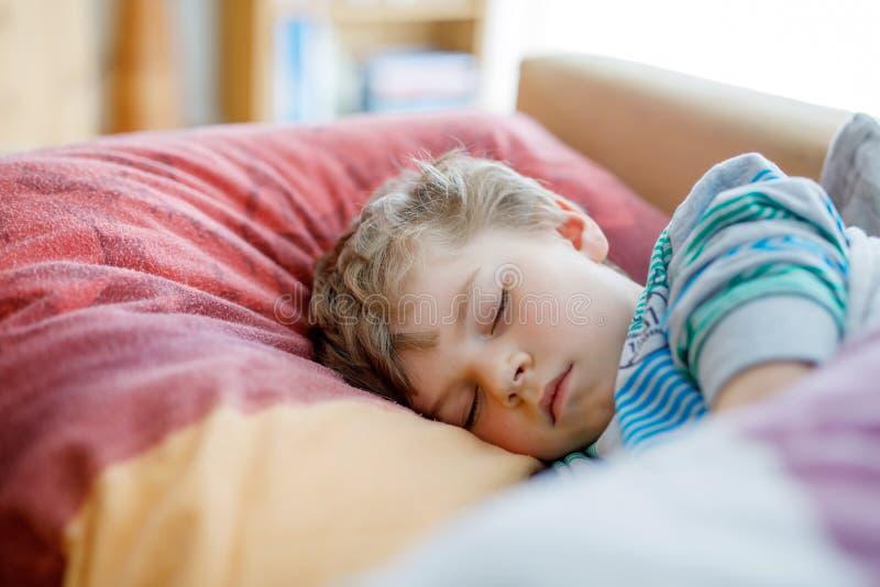 El pequeño dormir preescolar triste del muchacho del niño Alumno cansado que descansa después de clases de escuela foto de archivo libre de regalías