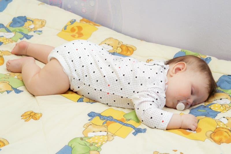 El pequeño dormir recién nacido del bebé foto de archivo libre de regalías