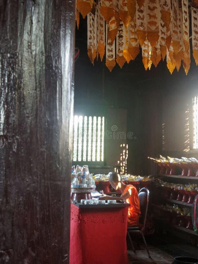 El pequeño estudiar del monje budista foto de archivo