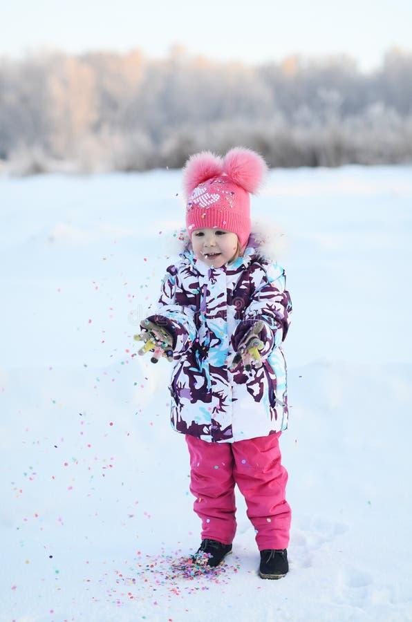 El pequeño gir feliz lanza confeti foto de archivo libre de regalías
