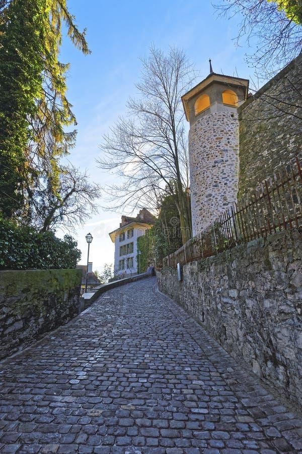 El pequeño guijarro pavimentó el camino en la ciudad vieja de Thun fotos de archivo