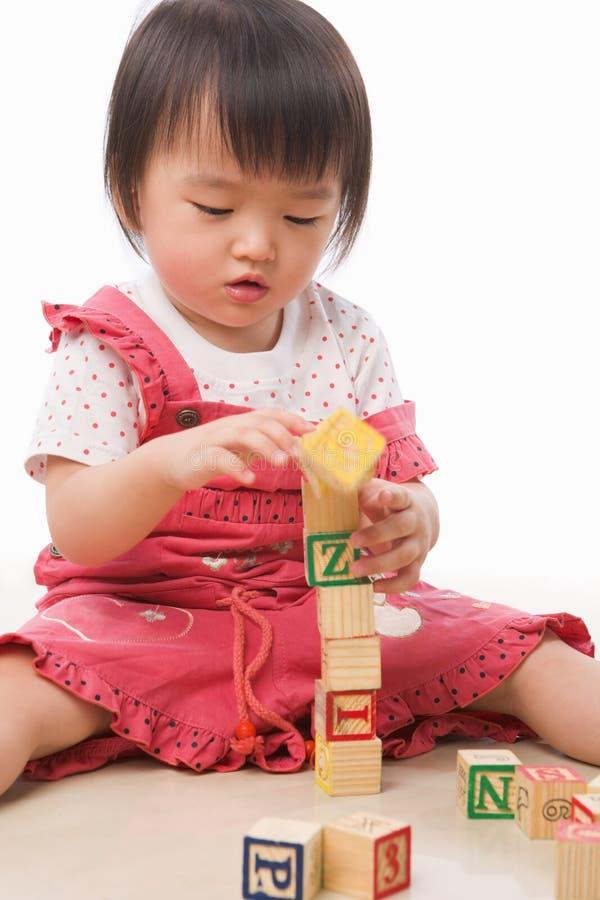 El pequeño jugar asiático de la muchacha fotos de archivo