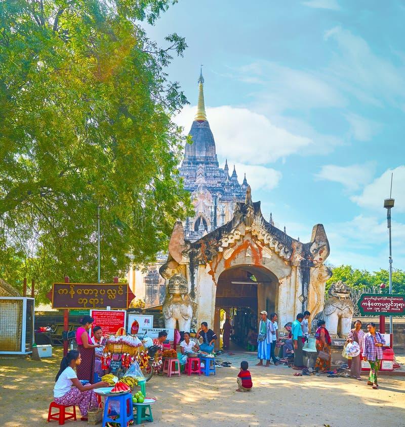 El pequeño mercado en la entrada del templo de Gawdawpalin en Bagan, imagen de archivo libre de regalías