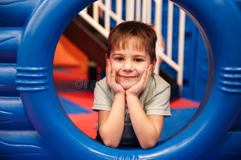 El pequeño niño alegre lindo se divierte imagen de archivo