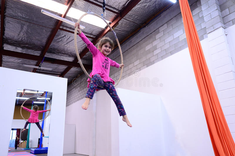 El pequeño niño aprende destrezas del circo en Lyra aéreo imágenes de archivo libres de regalías