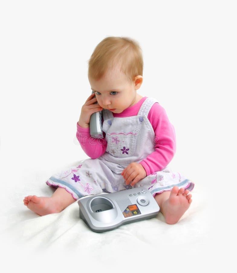 El pequeño niño con el teléfono imágenes de archivo libres de regalías