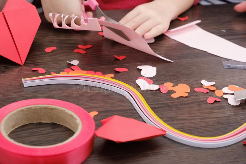 El pequeño niño hizo una casa con el ornamento de los corazones del fieltro Materiales y herramientas para hacer los ornamentos d imágenes de archivo libres de regalías