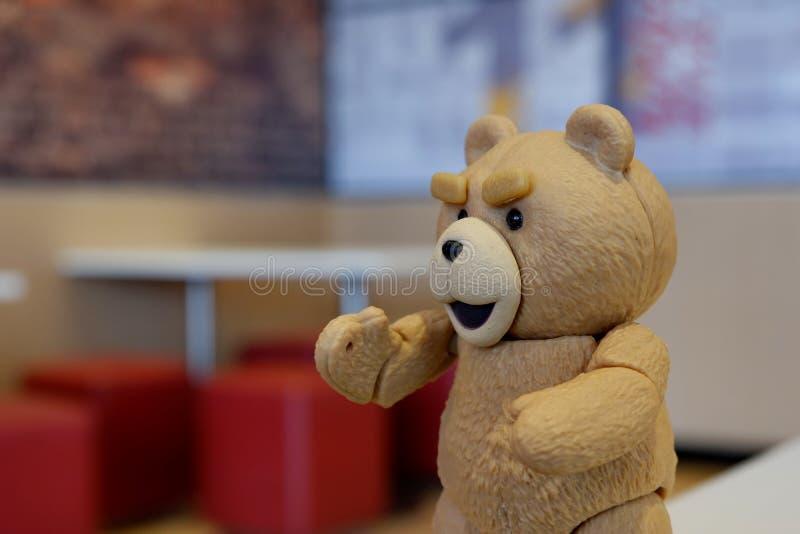 El pequeño oso está buscando artículos importantes imagen de archivo