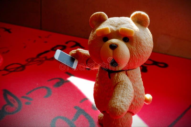 El pequeño oso está mirando imagen de archivo