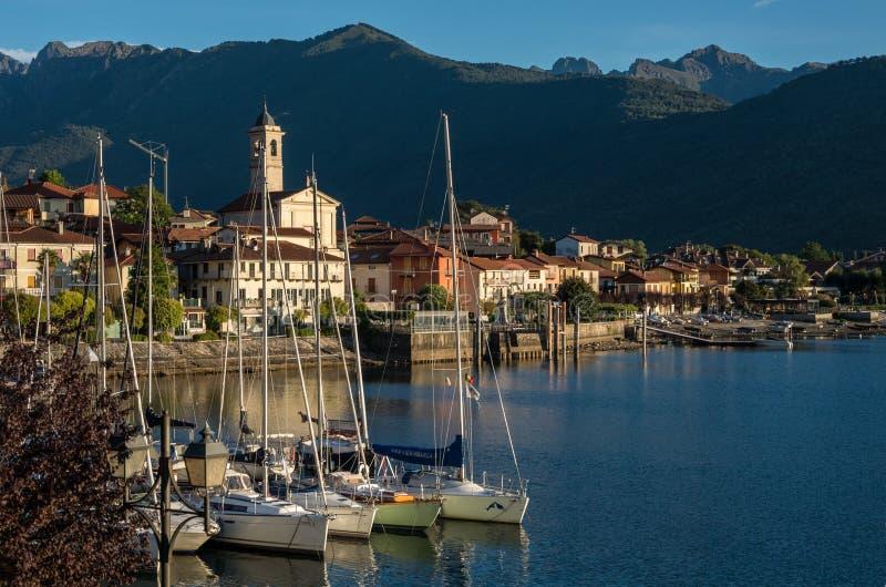 El pequeño pueblo de Feriolo cerca de Baveno, situado en el lago Maggio fotografía de archivo