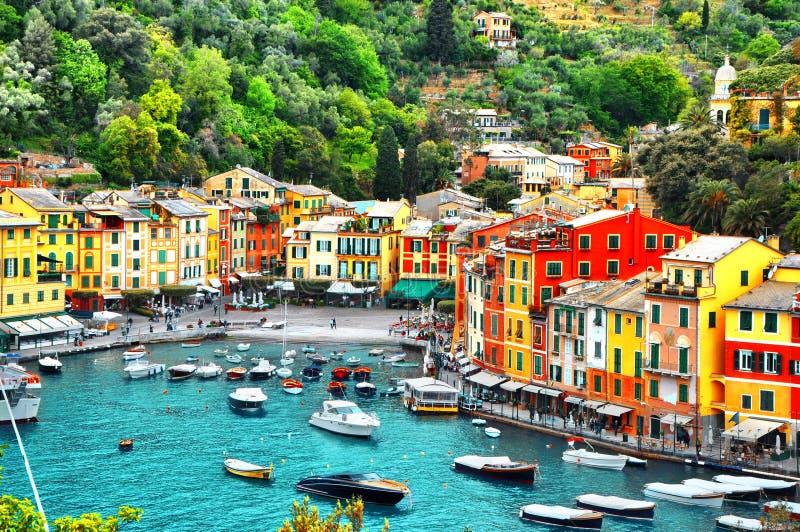El pequeño pueblo hermoso Portofino con las casas del colorfull, los barcos de lujo y el yate en poca bahía se abrigan imagen de archivo libre de regalías
