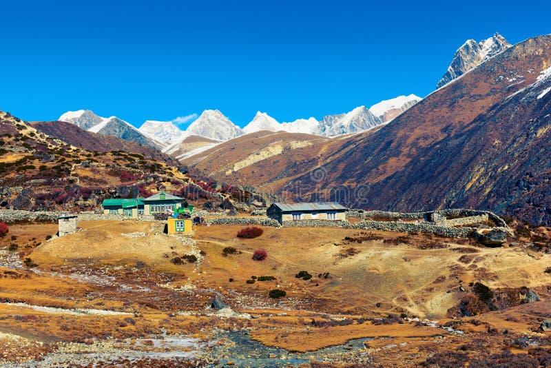 El pequeño pueblo Machhermo perdió entre picos de montaña himalayan imagenes de archivo