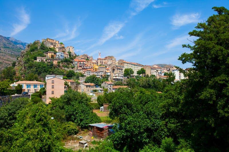 El pequeño pueblo se encaramó en la montaña en Córcega imágenes de archivo libres de regalías