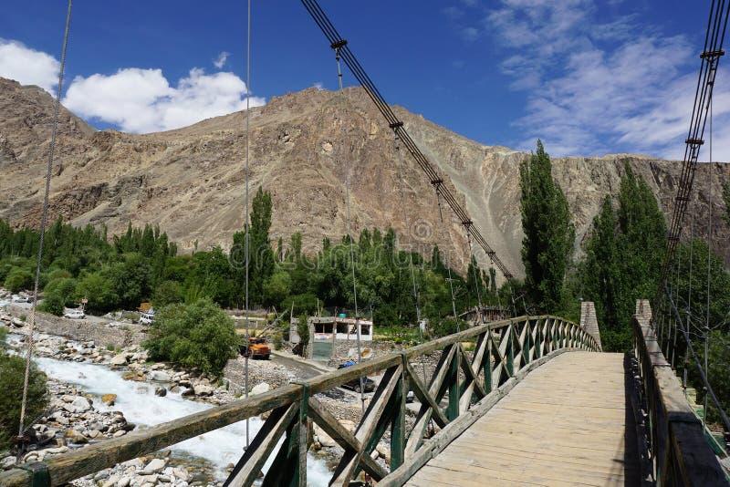 El pequeño puente en el valle de Nubra en Turtuk, Leh Ladakh foto de archivo libre de regalías