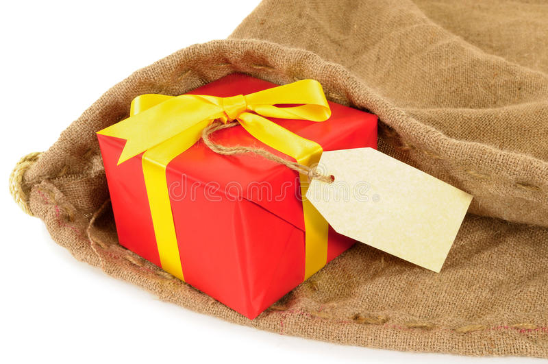 El pequeño reparto del correo interior rojo del regalo y de la etiqueta de la Navidad empaqueta foto de archivo