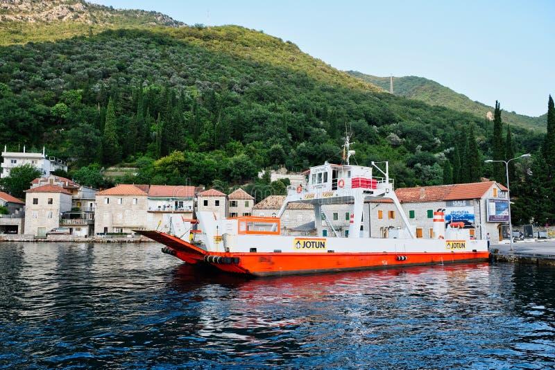 El pequeño rollo encendido cae el transbordador, Lepetane, Montenegro foto de archivo libre de regalías