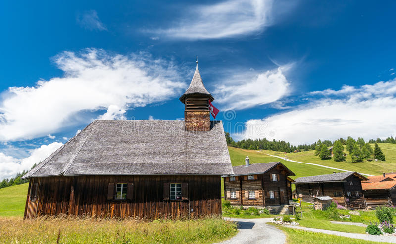 El pequeños pueblo e iglesia alpinos en Suiza con tradicional buildingswooden, madera, histórico, vieja, Mutten, Obermutten, el G fotos de archivo libres de regalías