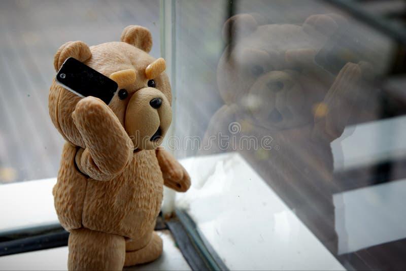 El peque?o oso est? llamando fotografía de archivo