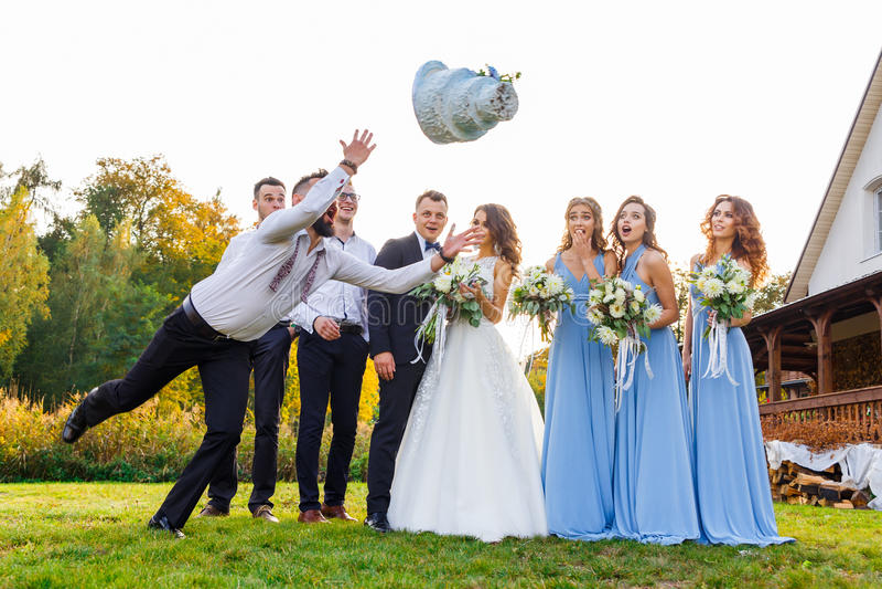 El perdedor cae el pastel de bodas foto de archivo
