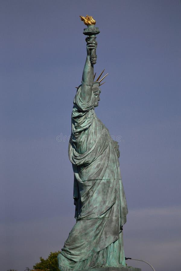 El perfil de la estatua francesa de Liberty Replica, París, Francia, el 1 de agosto de 2015 - fue dado a los ciudadanos de París  imagen de archivo