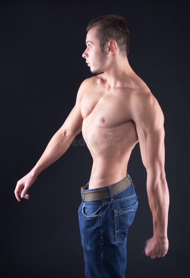 El perfil del hombre muscular foto de archivo libre de regalías