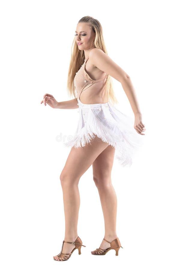 El perfil del latino experto relajado sonriente del baile de la mujer baila en traje color nata imagen de archivo