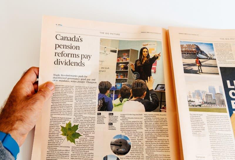 El periódico de la lectura del hombre sobre reforma de las pensiones de Canadá paga dividendo imagen de archivo
