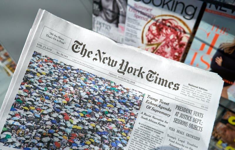 El periódico de New York Times en una mano fotos de archivo