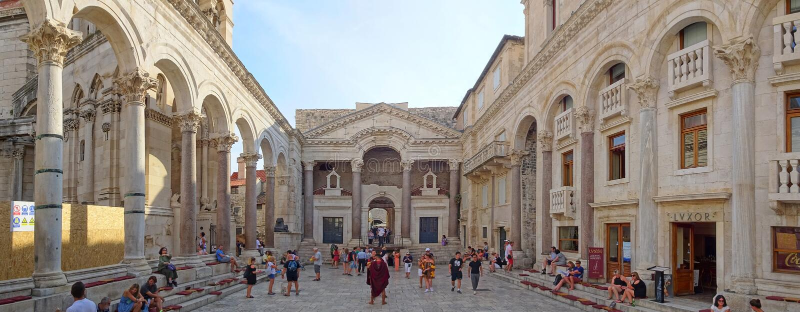 El Peristil en el palacio de Diocletian fotografía de archivo libre de regalías