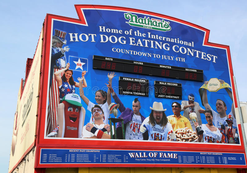 El perrito caliente del Nathan que come la pared de la competencia de la fama en Coney Island, Nueva York imagen de archivo