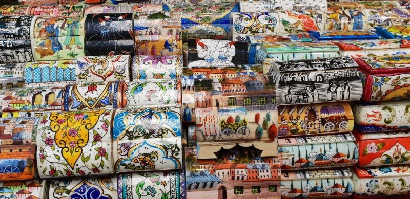 El persa pintó las cajas miniatura del hueso del camello en una tienda del recuerdo, bazar magnífico, Estambul, Turquía imagen de archivo