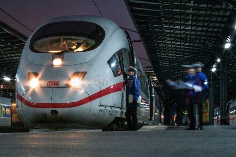 El personal ferroviario que prepara la salida de un HIELO alemán del tren de alta velocidad interurbano expresa fotografía de archivo