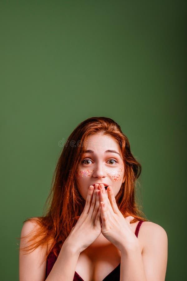 El pesar de la decepción del choque de la mujer observa la boca abierta imágenes de archivo libres de regalías