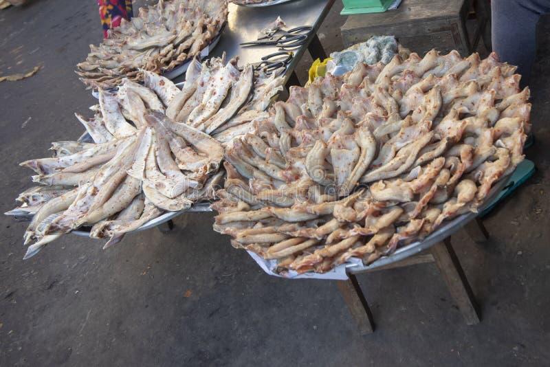 El pescado corta en el mercado de Chau doc. en Vietnam foto de archivo libre de regalías