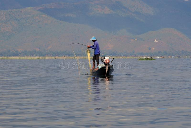 El pescador burmese con la red en el lago Inle, Myanmar imágenes de archivo libres de regalías