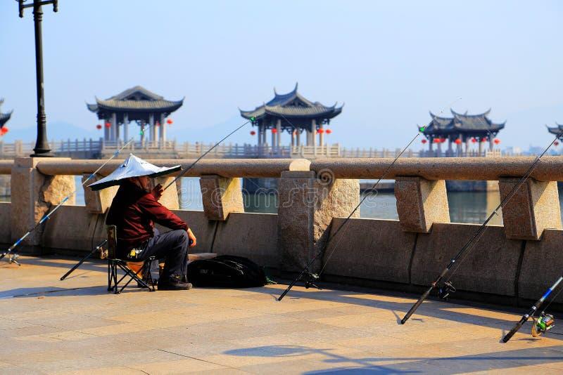 El pescador en el puente de Guangji imagen de archivo