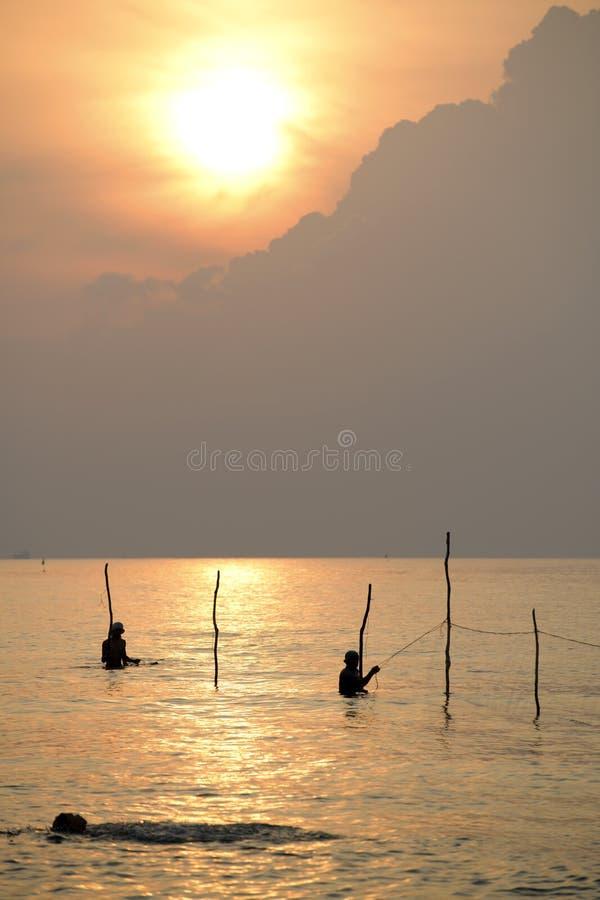 El pescador es trampas de los pescados del cabo fotografía de archivo libre de regalías