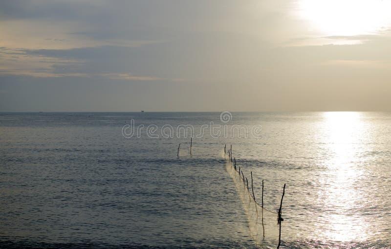 El pescador es trampas de los pescados del cabo foto de archivo