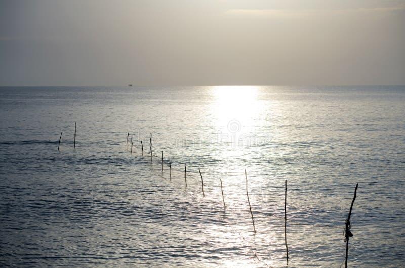 El pescador es trampas de los pescados del cabo imagenes de archivo