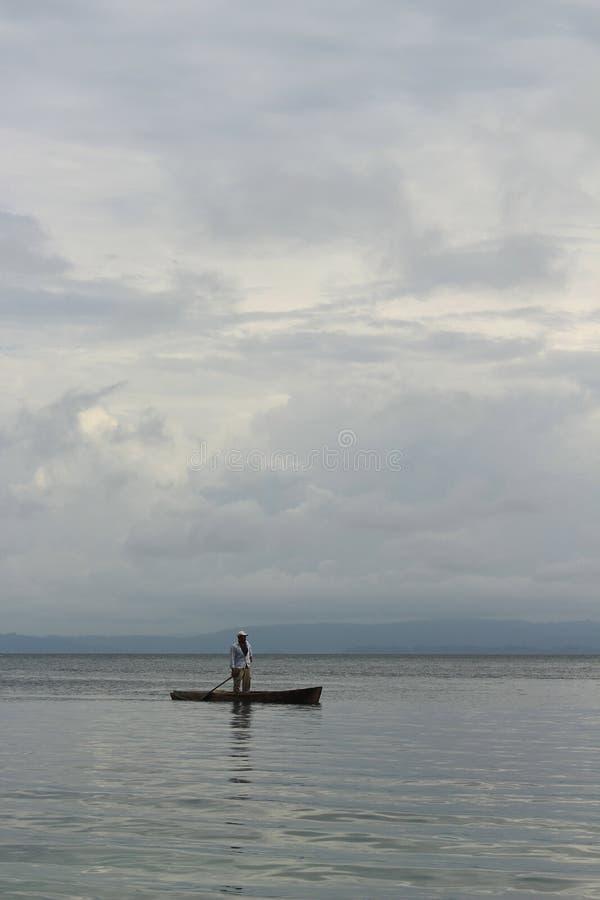 El pescador local que navega detrás se dirige en la playa después de un día laborable largo, del Toro, ¡de Playa Estrella de Boca fotos de archivo