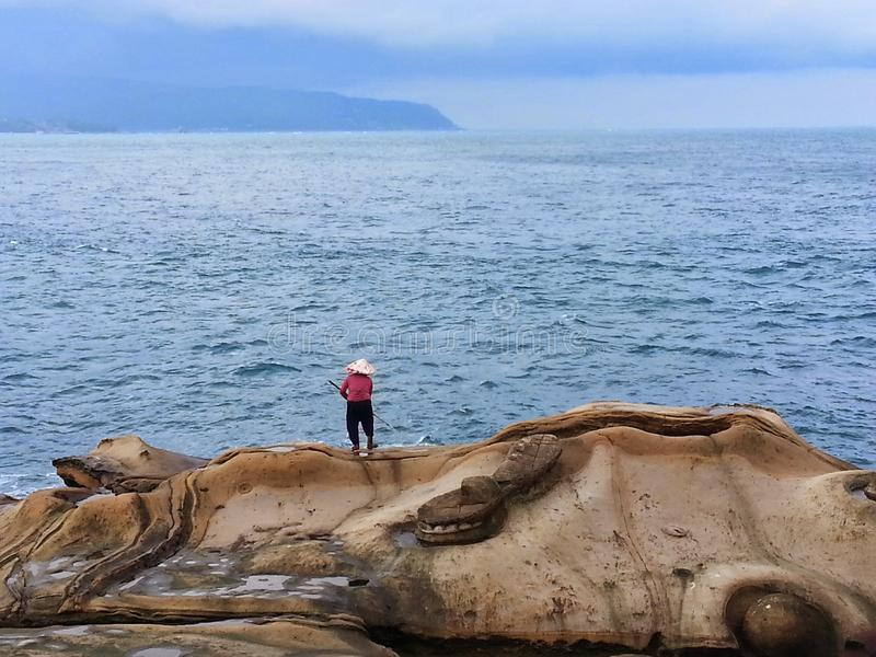 El pescador y el mar fotos de archivo