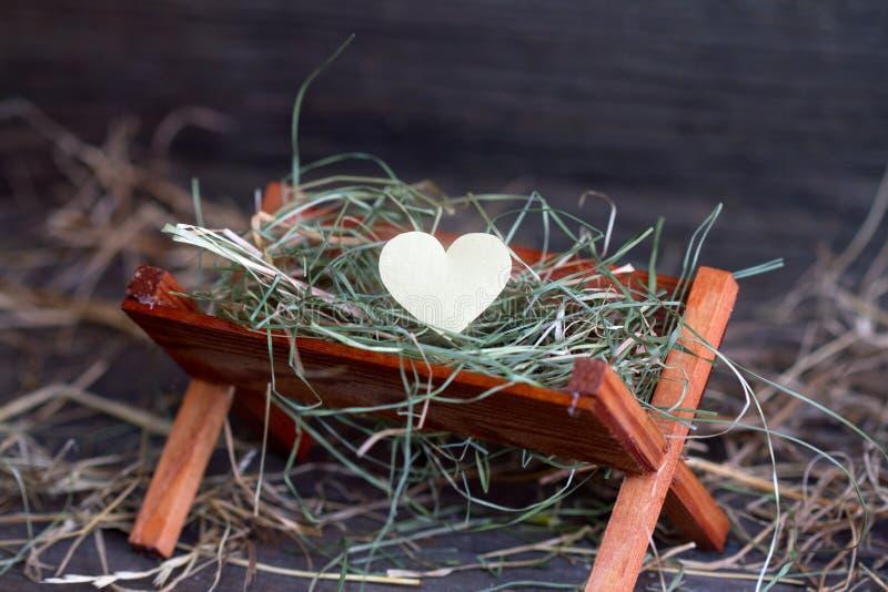 El pesebre Jesús y el corazón del amor resumen símbolo de la Navidad imágenes de archivo libres de regalías