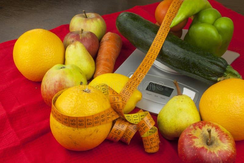 El peso de comida, preparando la comida mientras que adieta Comida hecha en casa sana Frutas y verdura imagenes de archivo