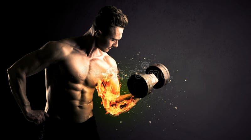 El peso de elevación del atleta del culturista con el fuego estalla concepto del brazo imagen de archivo