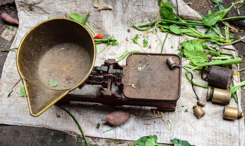 El peso del viejo estilo en el mercado en Bali, Indonesia fotografía de archivo libre de regalías