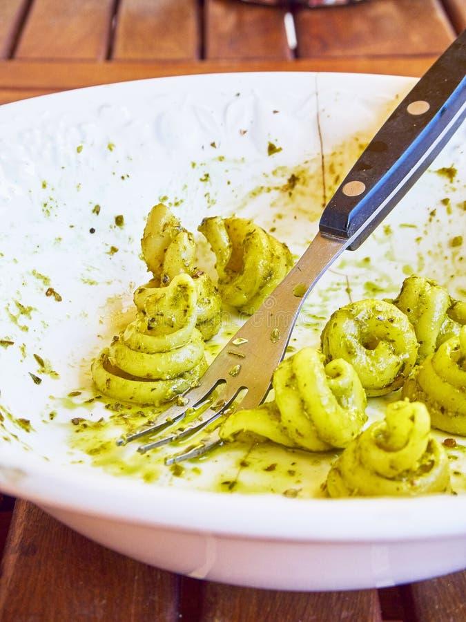 El Pesto del al de Trottole, pastas típicas del Campania, en un rústico presen fotos de archivo libres de regalías
