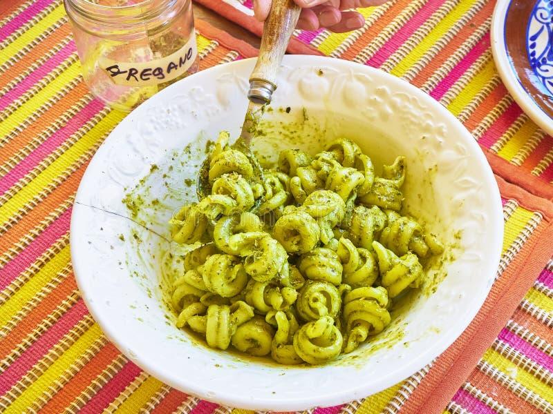El Pesto del al de Trottole, pastas típicas del Campania, en un rústico presen fotos de archivo